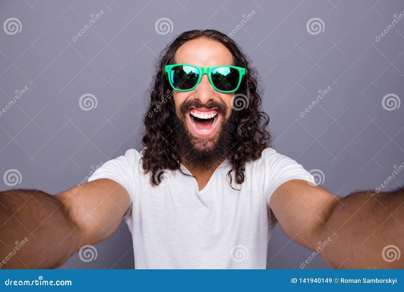 Μόνος-πορτρέτο δικοί του αυτός συμπαθητικός καθιερώνων τη μόδα ελκυστικός εύθυμος χαρωπός ενθουσιασμένος κατσαρός τουρισμός τουρι