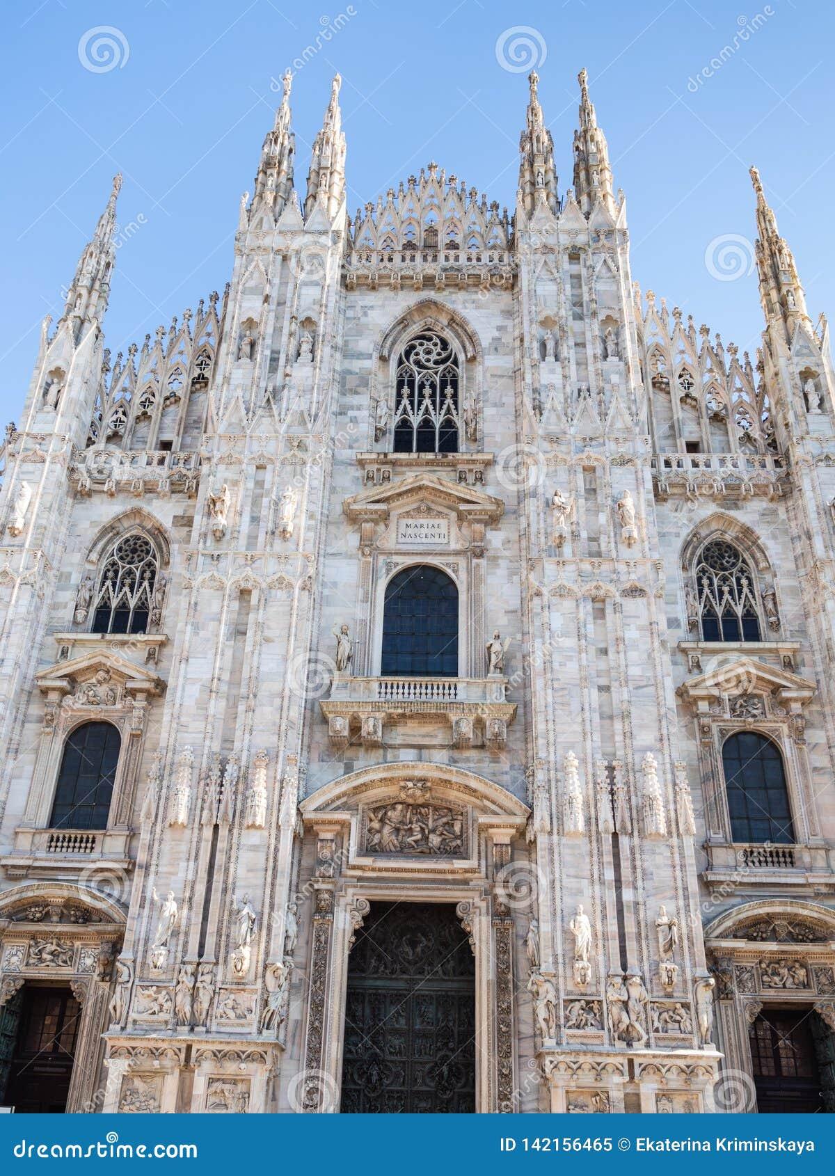 Μπροστινή άποψη του καθεδρικού ναού του Μιλάνου στη μεσημβρία