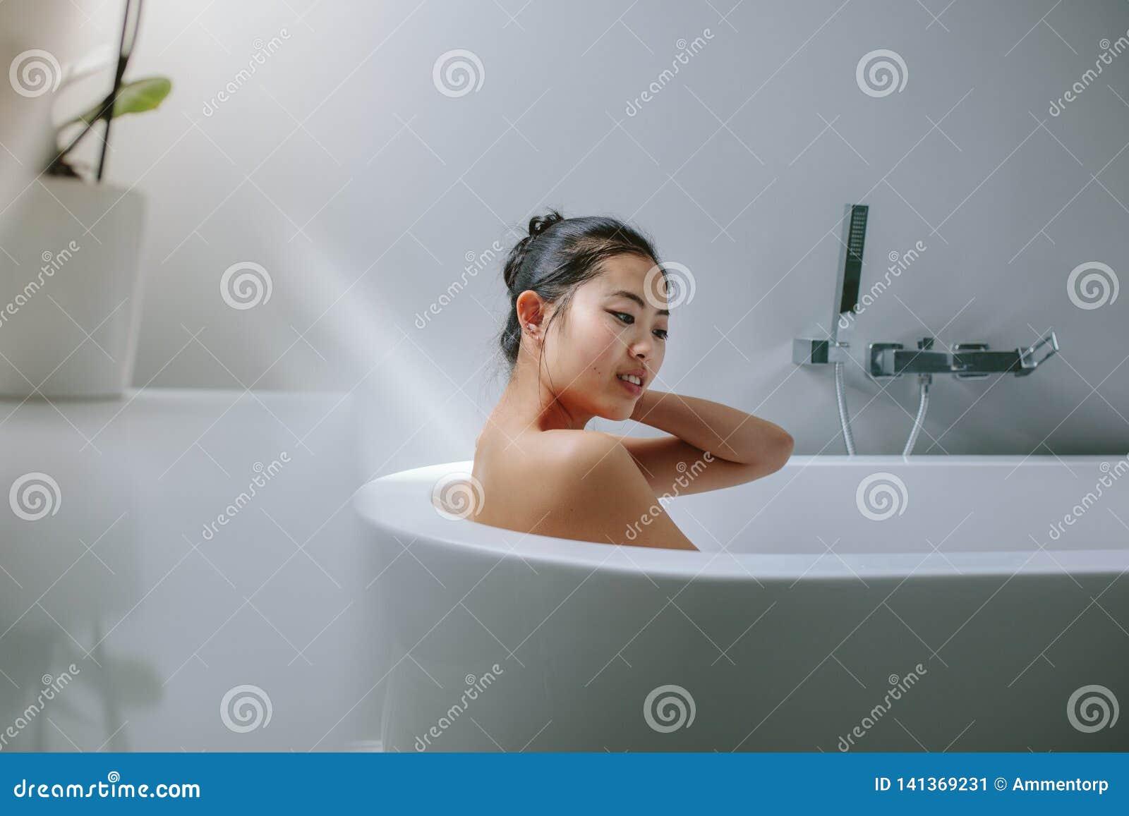 Νέα ασιατική γυναίκα στην μπανιέρα