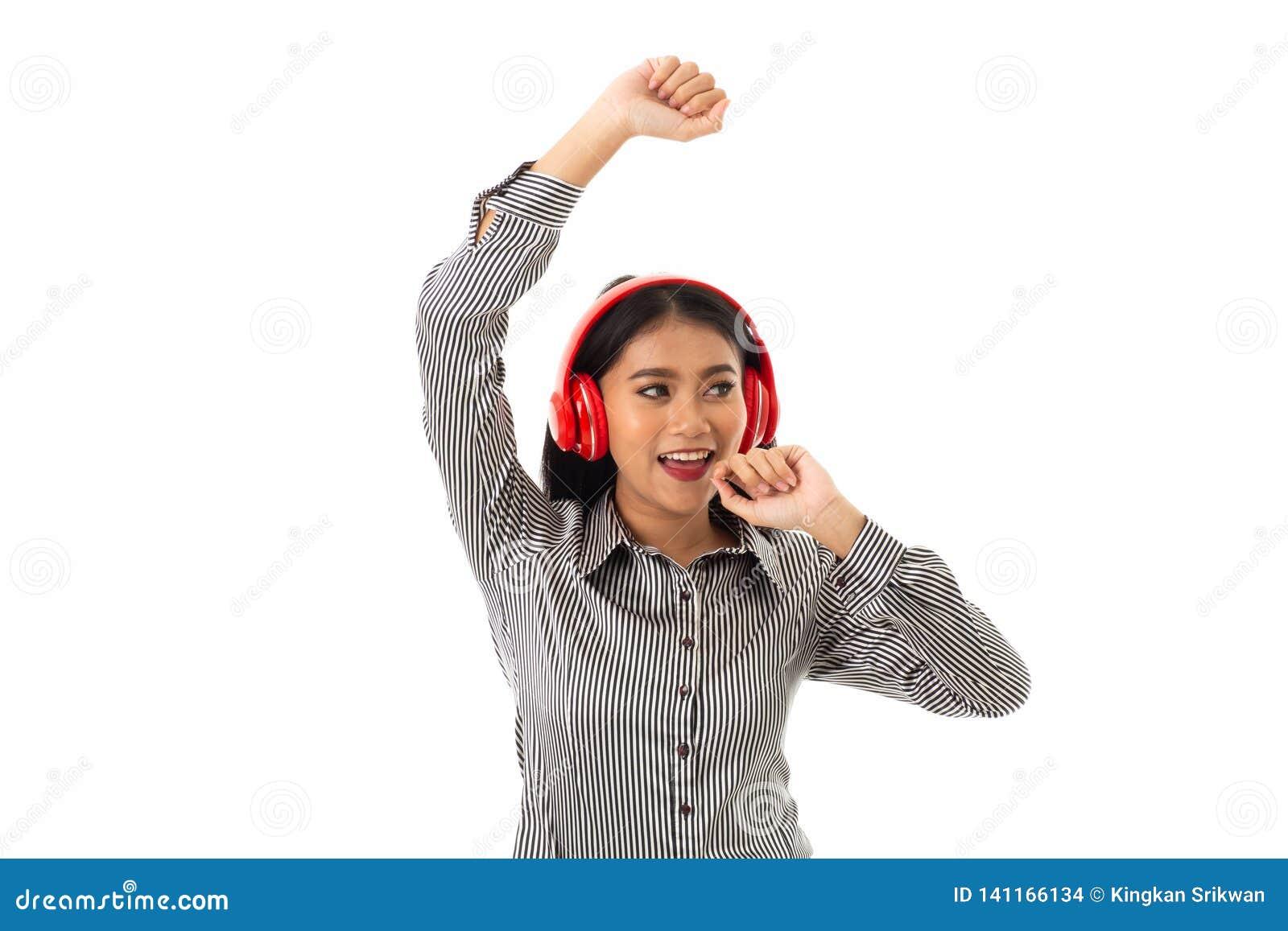 Νέα κυρία με τα κόκκινα ακουστικά που κοιτάζει στο αριστερό handside