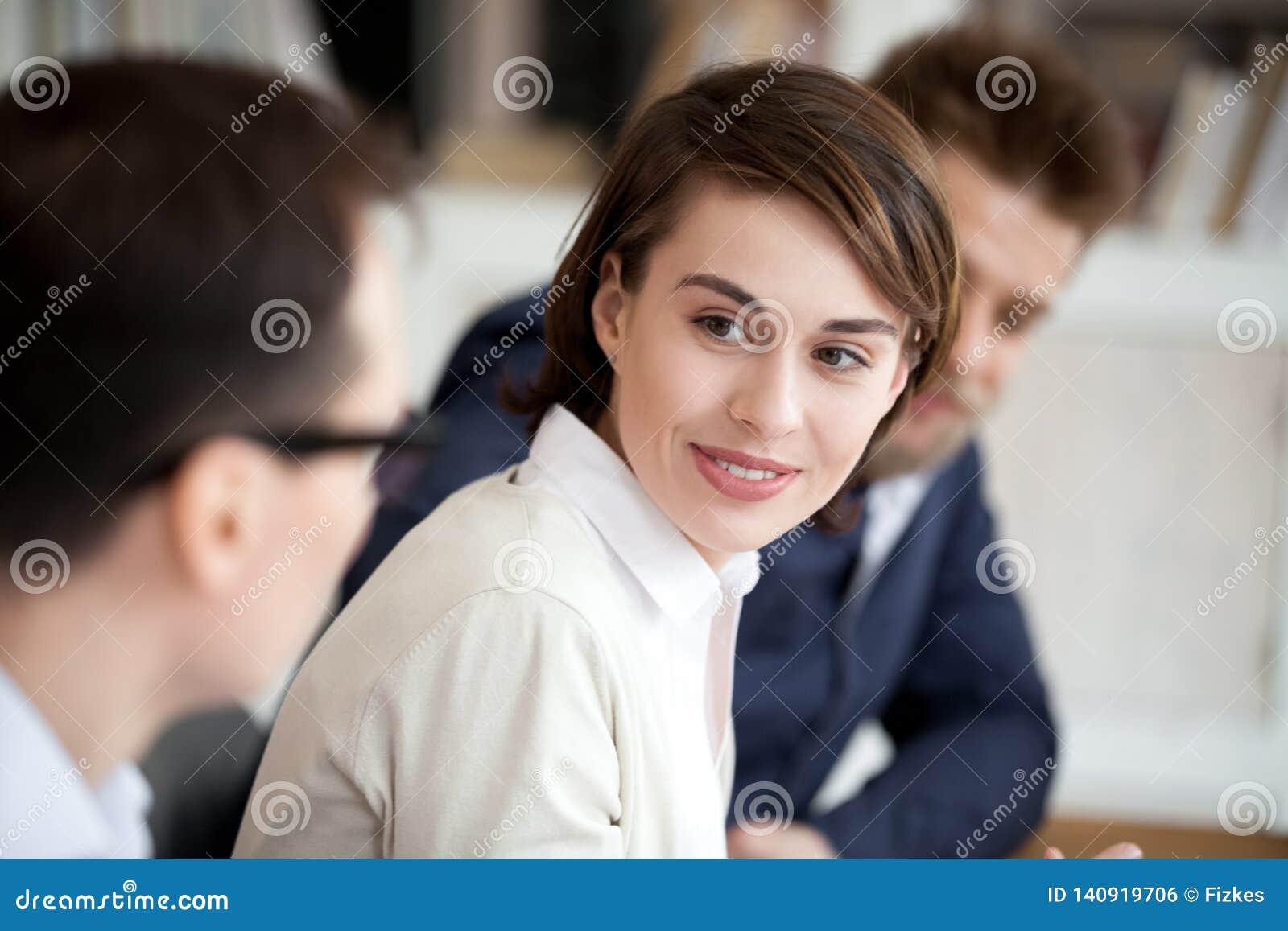 Νέοι ειδικοί που μοιράζονται τη συνεδρίαση πληροφοριών μαζί στην αίθουσα συνεδριάσεων