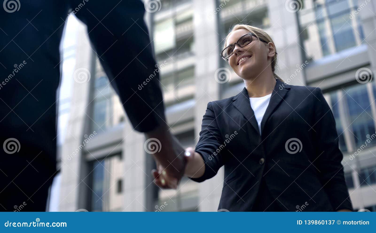 Νέο χέρι τινάγματος γυναικών με τον προϊστάμενο, συγχαρητήρια στη μίσθωση ή την προώθηση