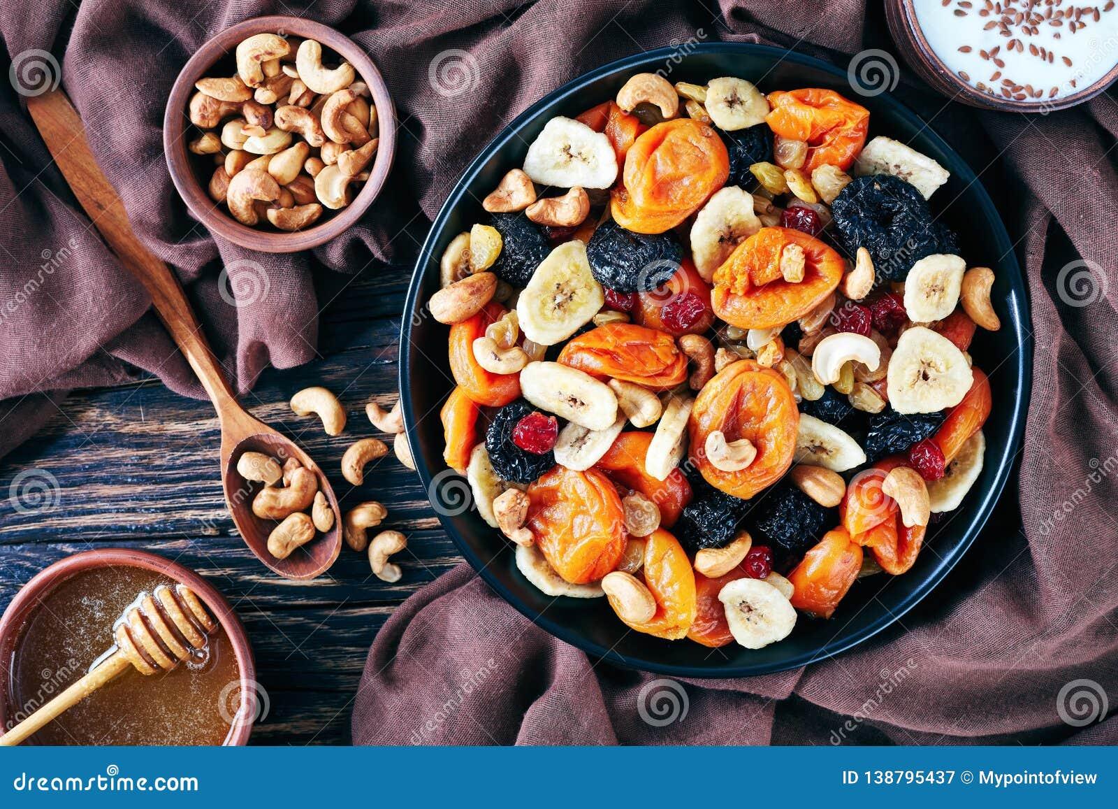 Νόστιμοι ξηροί καρποί και κύπελλο μιγμάτων καρυδιών