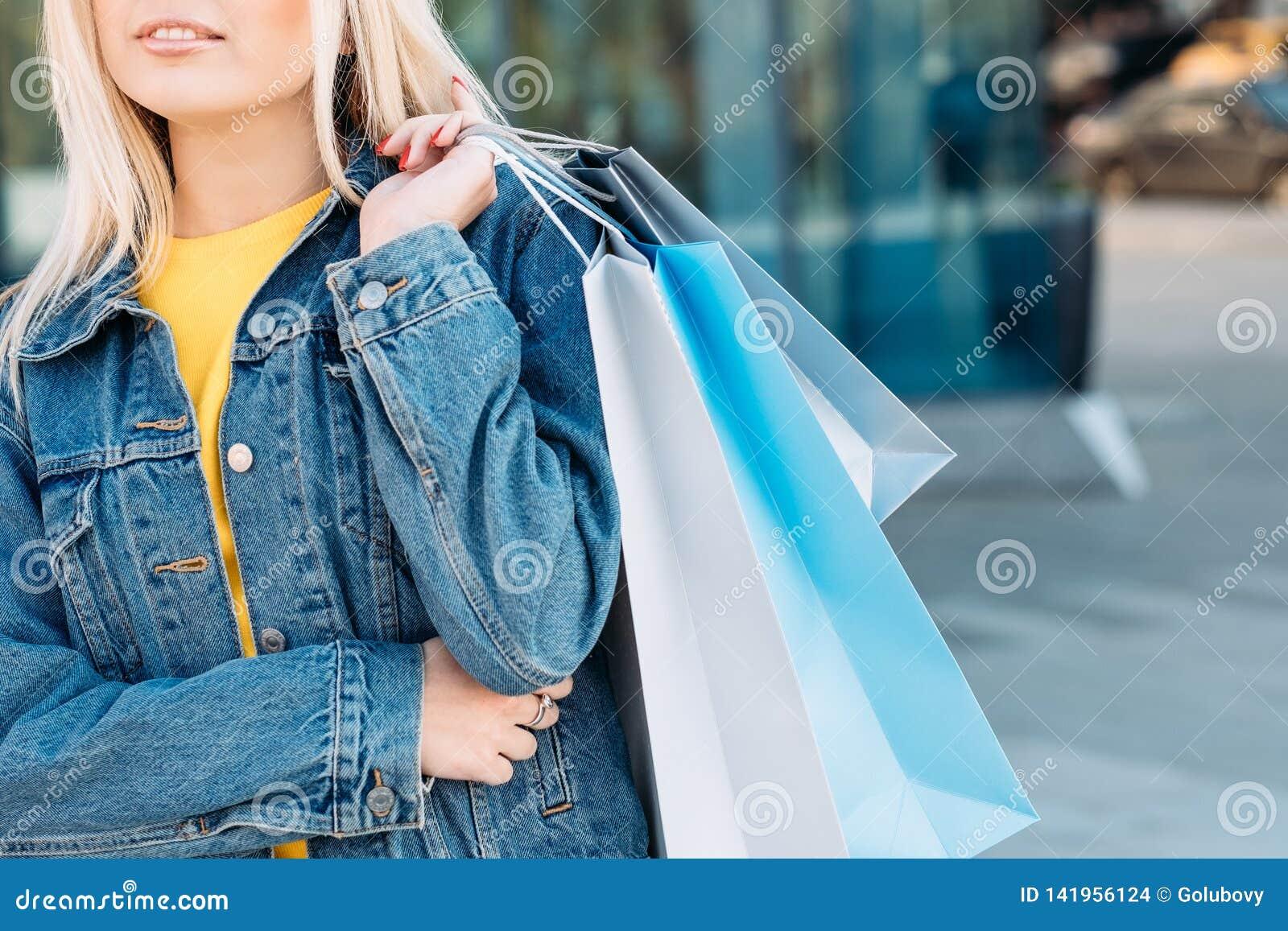 Ξανθές θηλυκές τσάντες χόμπι ελεύθερου χρόνου αγορών γυναικών