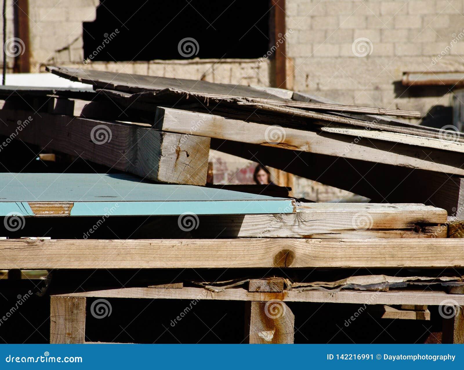 Ξύλινες δομές κατασκευής που συσσωρεύονται σε μια βιομηχανική περιοχή, έξω