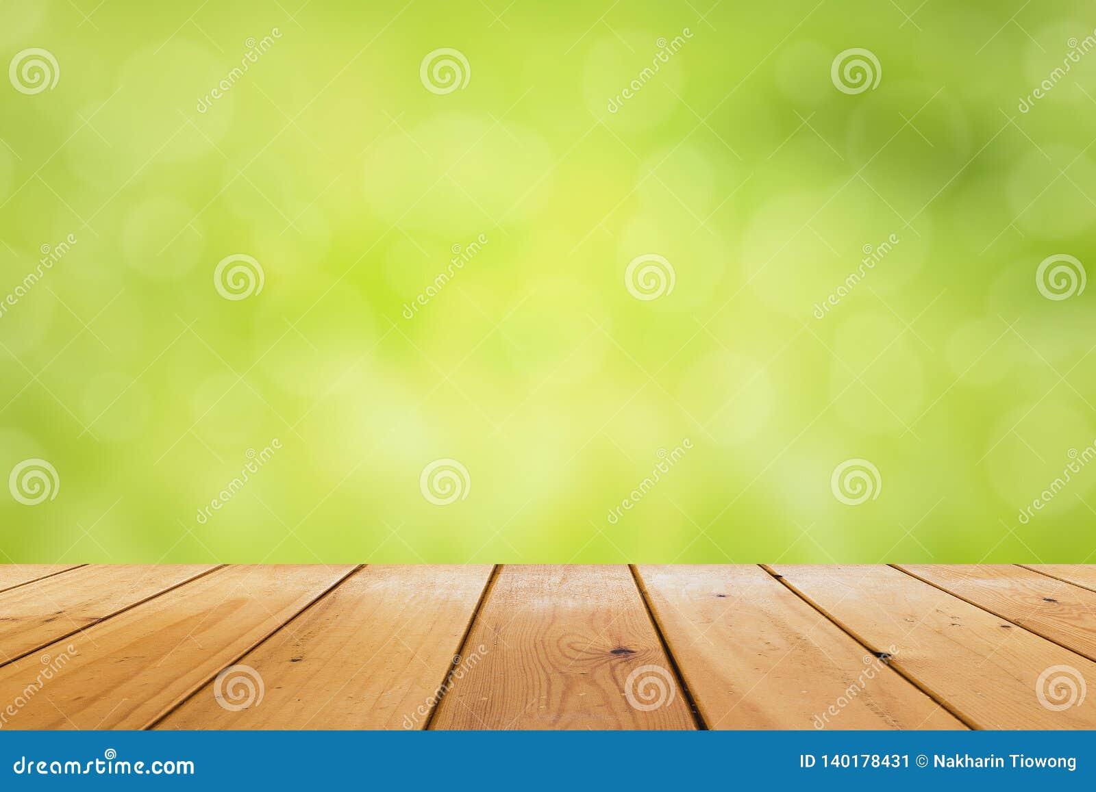 Ξύλινος πίνακας με το κενό διάστημα Θολώνει ένα πράσινο υπόβαθρο, και bokeh