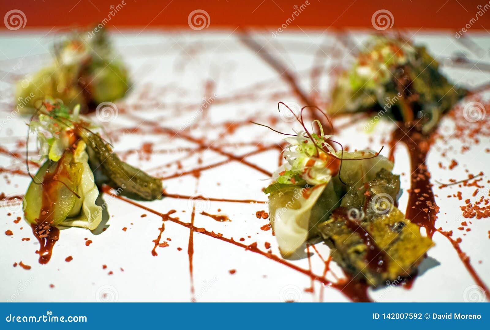 Οι μπουλέττες Pekinese του χοίρου του αυτιού που εξυπηρετήθηκαν με τη σάλτσα και τα εσπεριδοειδή hoisin έψησαν το μαρλίν στη σχάρ