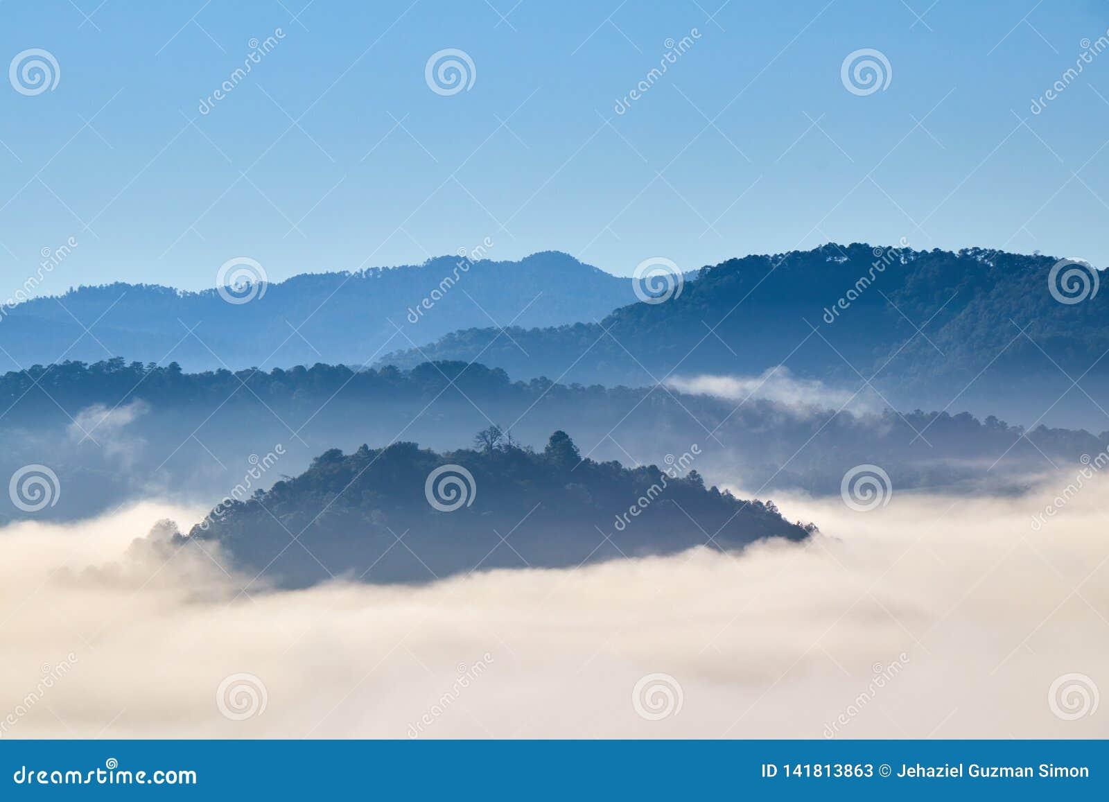Ομιχλώδες πρωί μεταξύ των βουνών