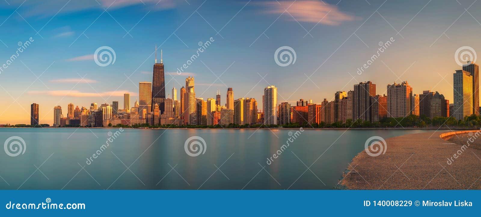 Ορίζοντας του Σικάγου στο ηλιοβασίλεμα που αντιμετωπίζεται από την παραλία βόρειων λεωφόρων