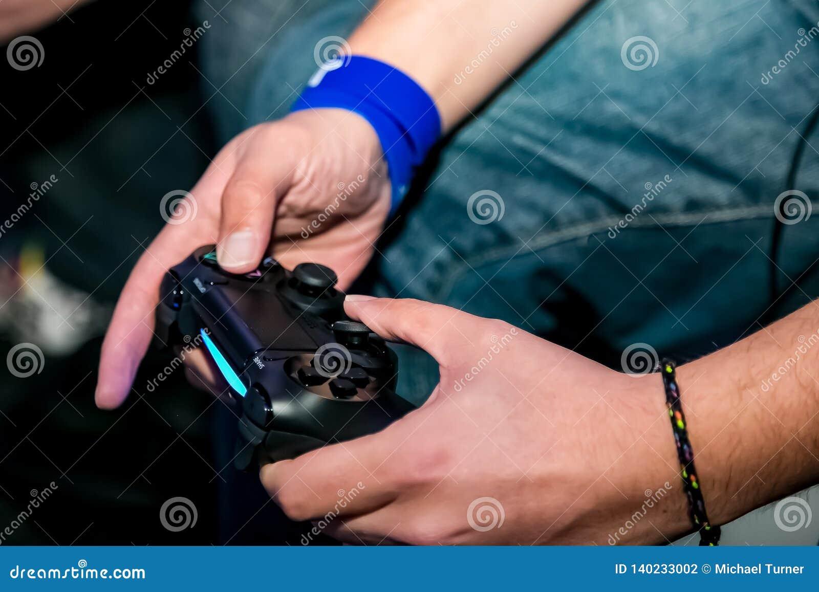 Ο ελεγκτής σταθμών PS4 παιχνιδιού gamers δίνει