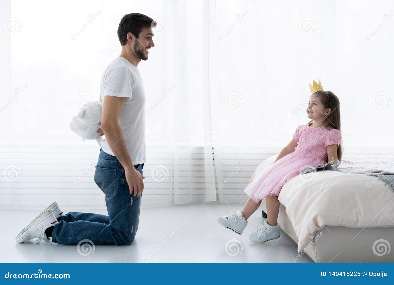 Ο πατέρας συγχαίρει την κόρη με την ευτυχή ημέρα στις 8 Μαρτίου Χαμόγελο κορών και πατέρων Μεγάλος αντέξτε για την όμορφη κόρη