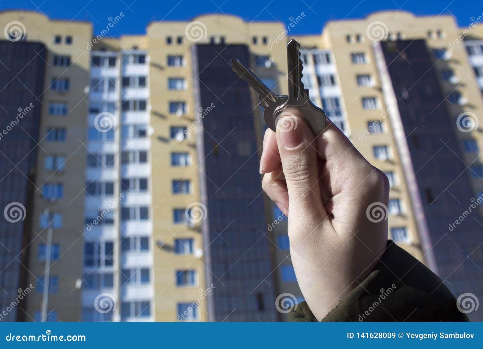 Δάνεια ή πίστωση τράπεζας για να αγοράσει ένα καινούργιο σπίτι Φτάστε τα κλειδιά στην κατοικία Αντιπροσωπείες και realtors ακίνητ