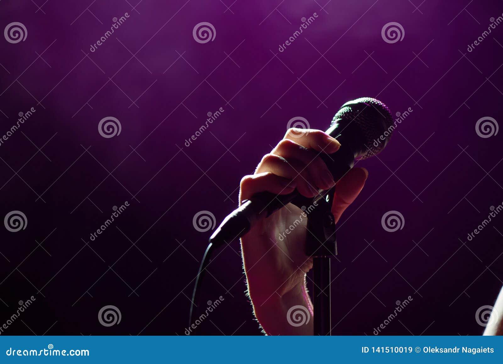 Διαθέσιμος τραγουδιστής χεριών μικροφώνων στη σκηνή Ανασκόπηση ζωντανής μουσικής Φω τα μικροφώνων και σταδίων
