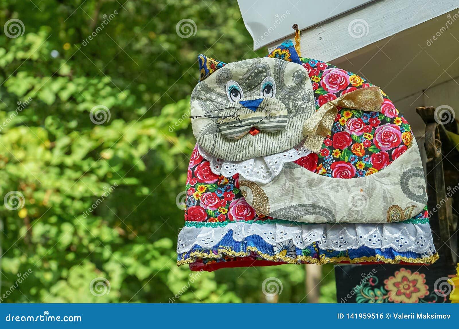 Διακοσμητική γάτα που ράβεται από τα διαφορετικά κομμάτια του υφάσματος