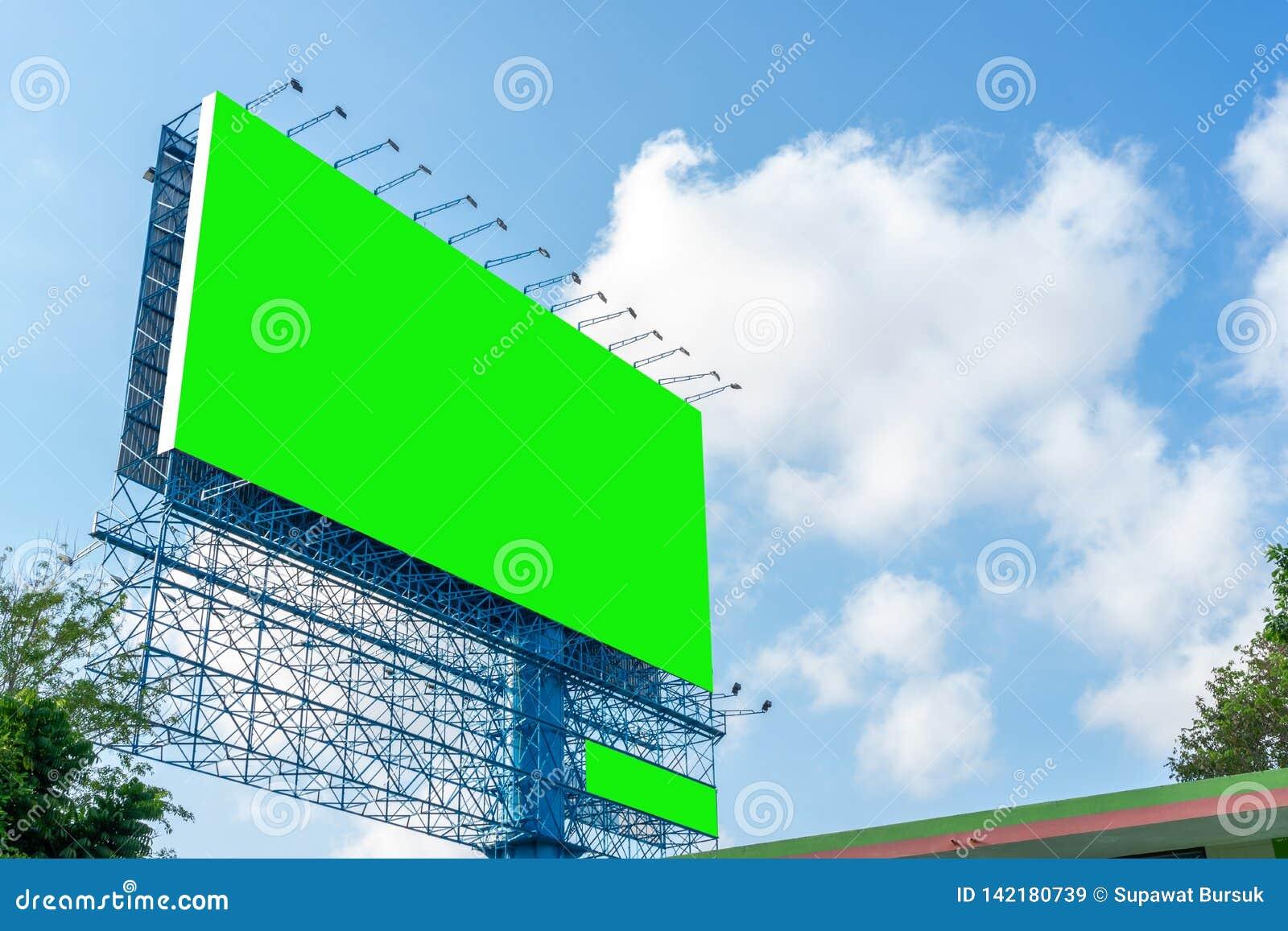 Διαφημιστικός πίνακας διαφημίσεων οδών και κενό πράσινο πρότυπο οθόνης στα περιθώρια μήκος σε πόδηα για τη διαφήμιση του υποβάθρο