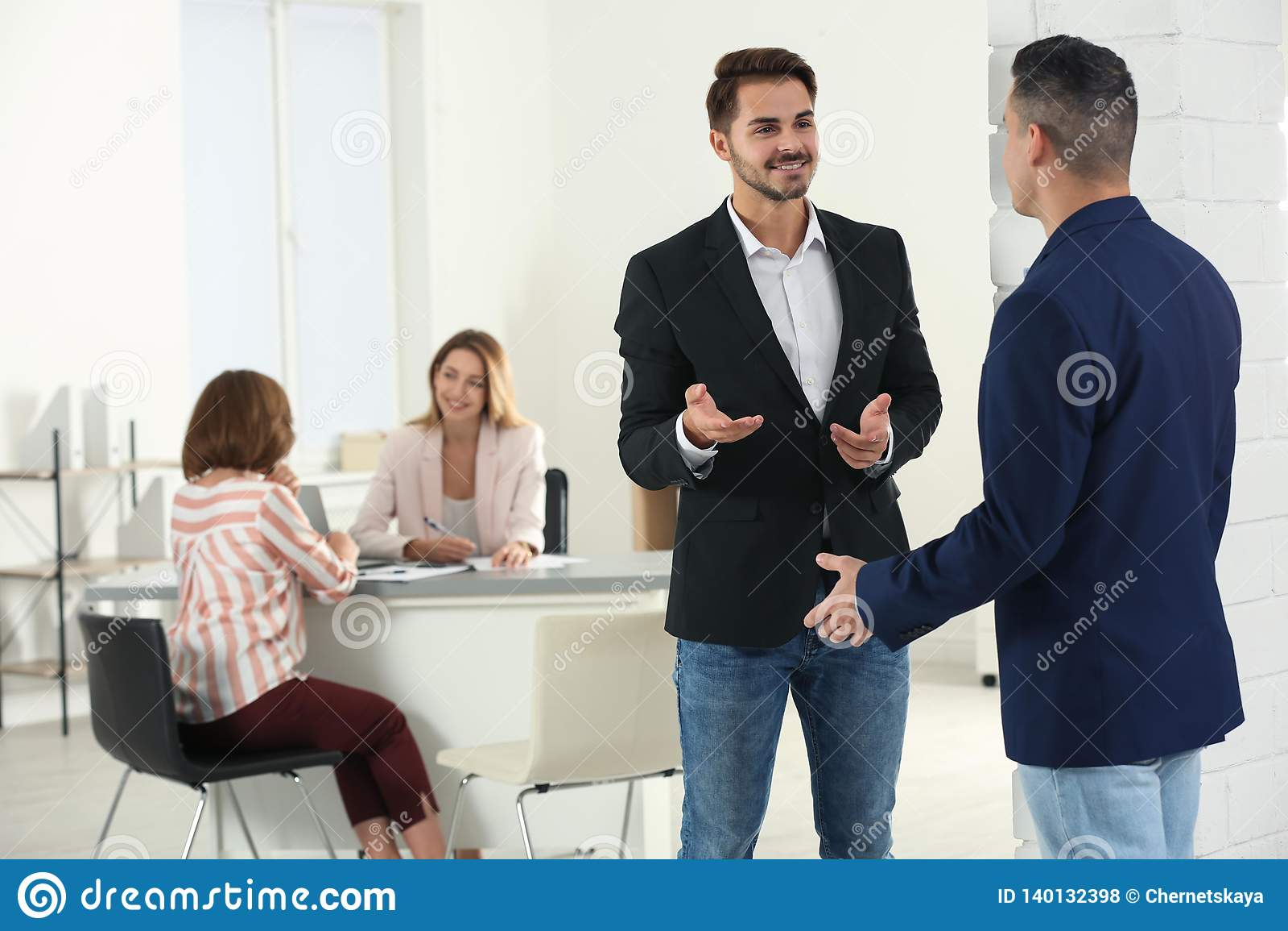 Διευθυντής ανθρώπινων δυναμικών που μιλά με τον υποψήφιο πριν από τη συνέντευξη εργασίας