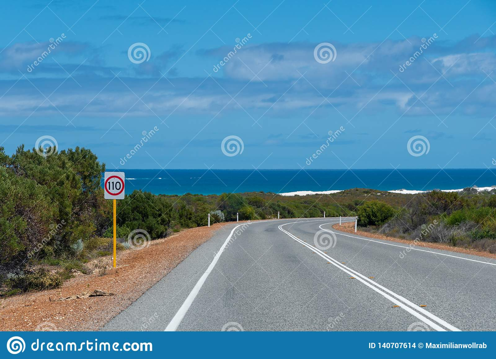 Δρόμος Ινδικού Ωκεανού στη δυτική ακτή της Αυστραλίας κοντά στο Περθ με τους Μπους και τον ωκεανό