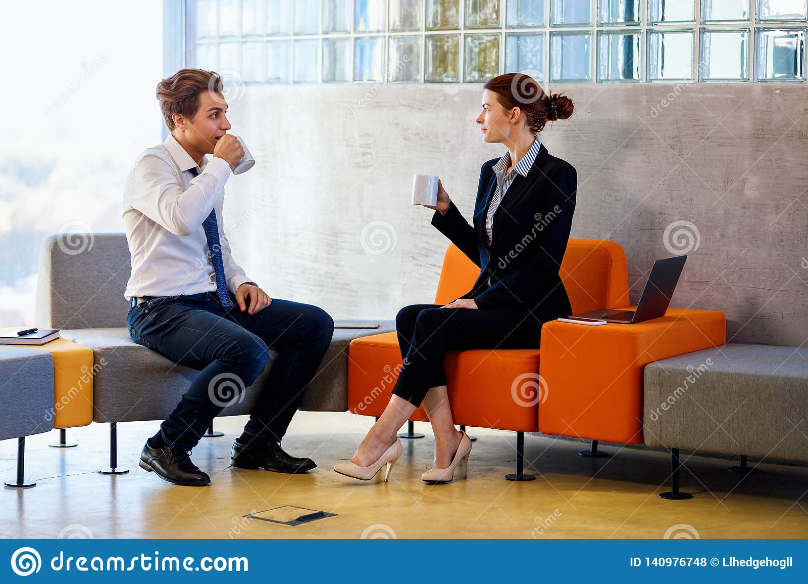 Δύο συνάδελφοι που κουβεντιάζουν στο διάλειμμα
