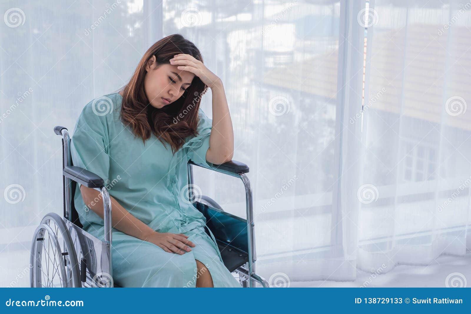 Δυστυχισμένη θηλυκή υπομονετική ανησυχία για την ιατρική αμοιβή της