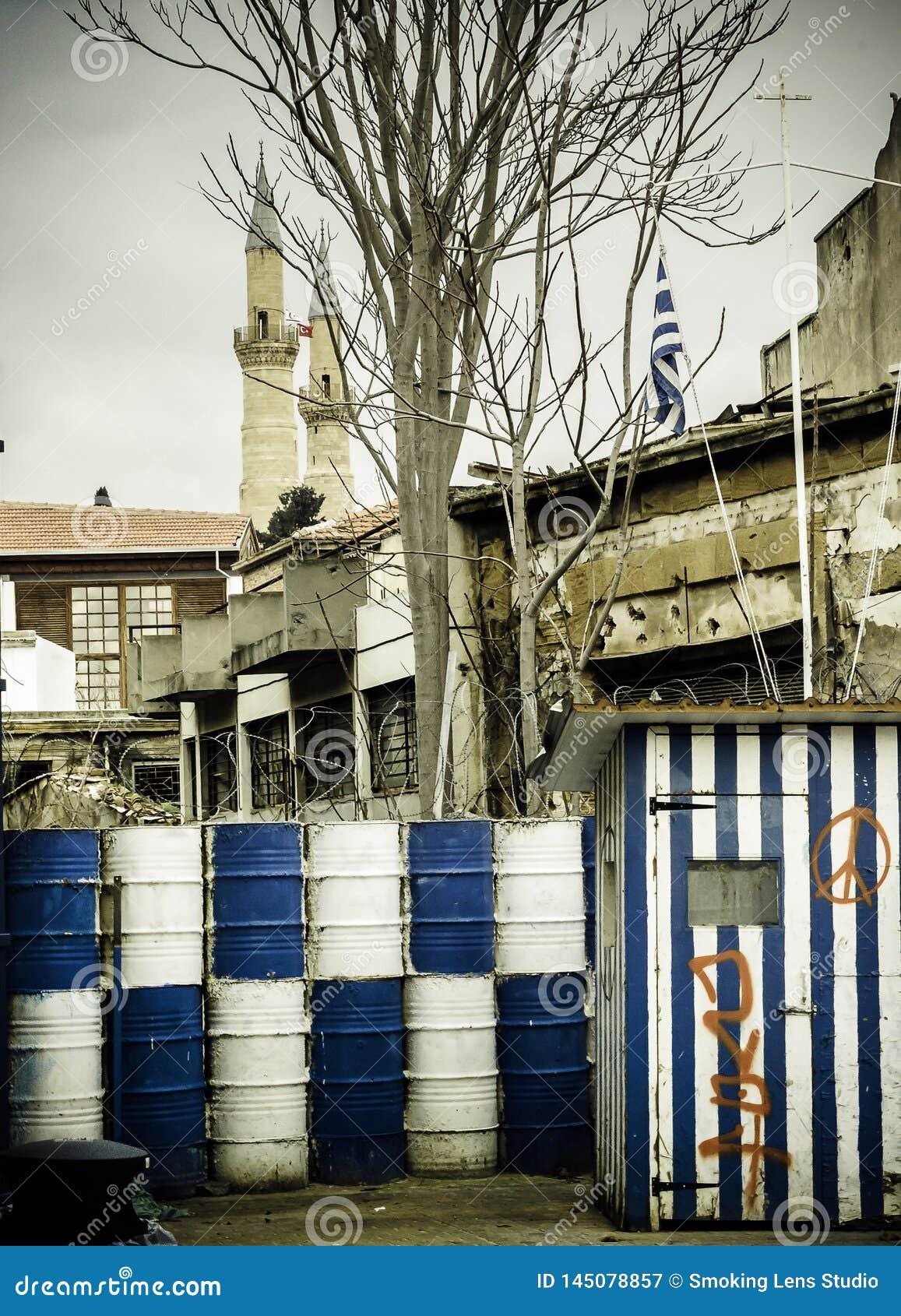 Î arricade separa Chipre en dos porciones, guardia del becide de los barriles