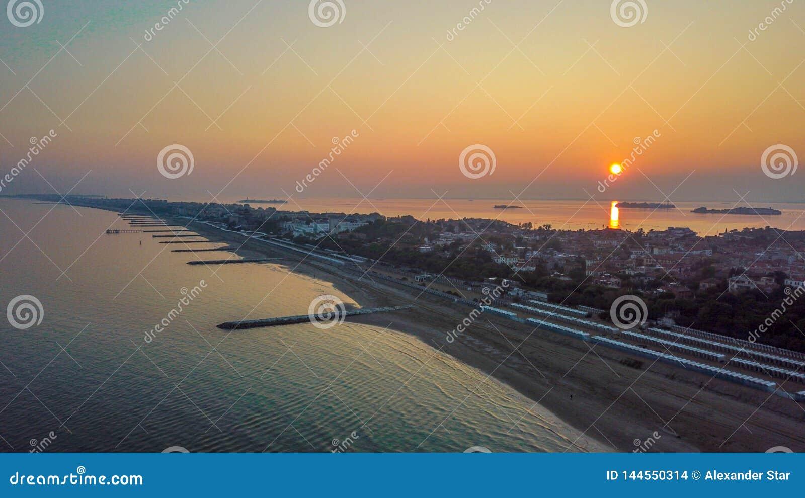 Île de piscine découverte de coucher du soleil de ciel de Venise