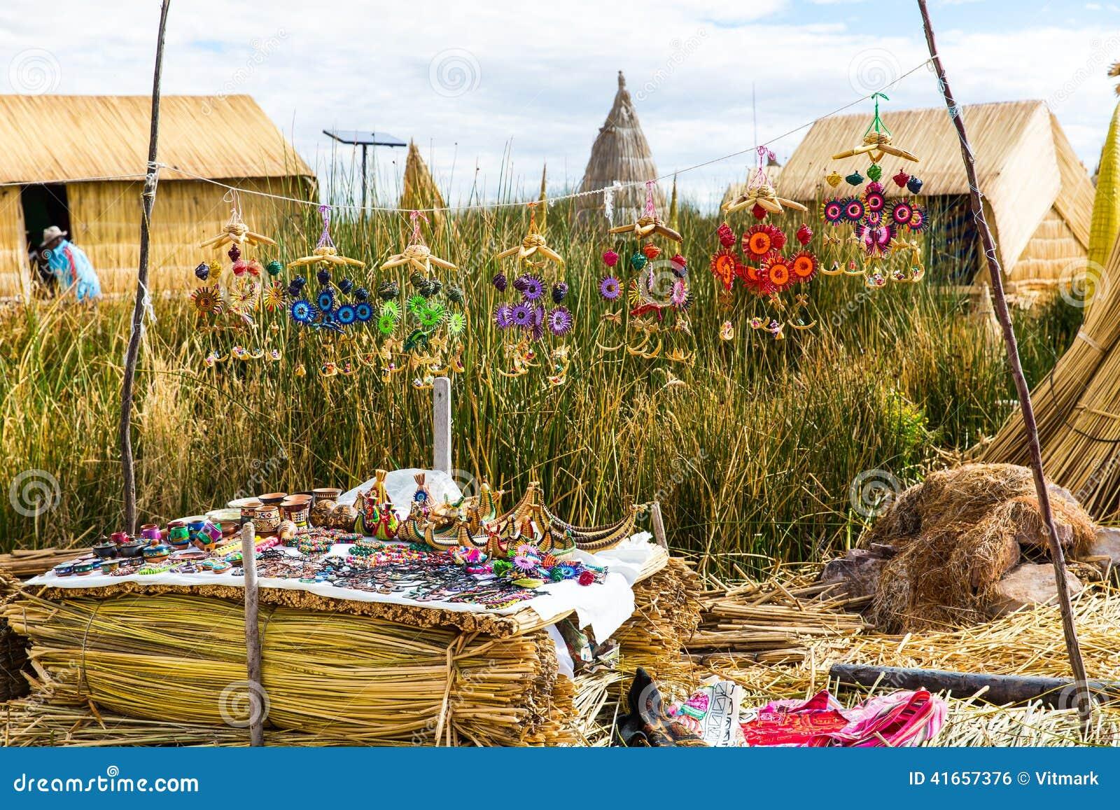 Îles de flottement sur le Lac Titicaca Puno, Pérou, Amérique du Sud, couverte de chaume à la maison