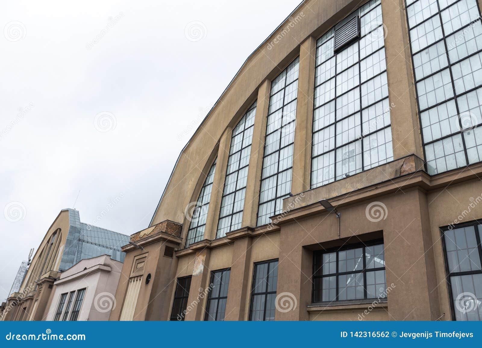 ΡΗΓΑ, ΛΕΤΟΝΙΑ - 16 ΜΑΡΤΊΟΥ 2019: Κεντρικό εξωτερικό αγοράς της Ρήγας - ιστορικό βιομηχανικό zeppeling σχέδιο υπόστεγων