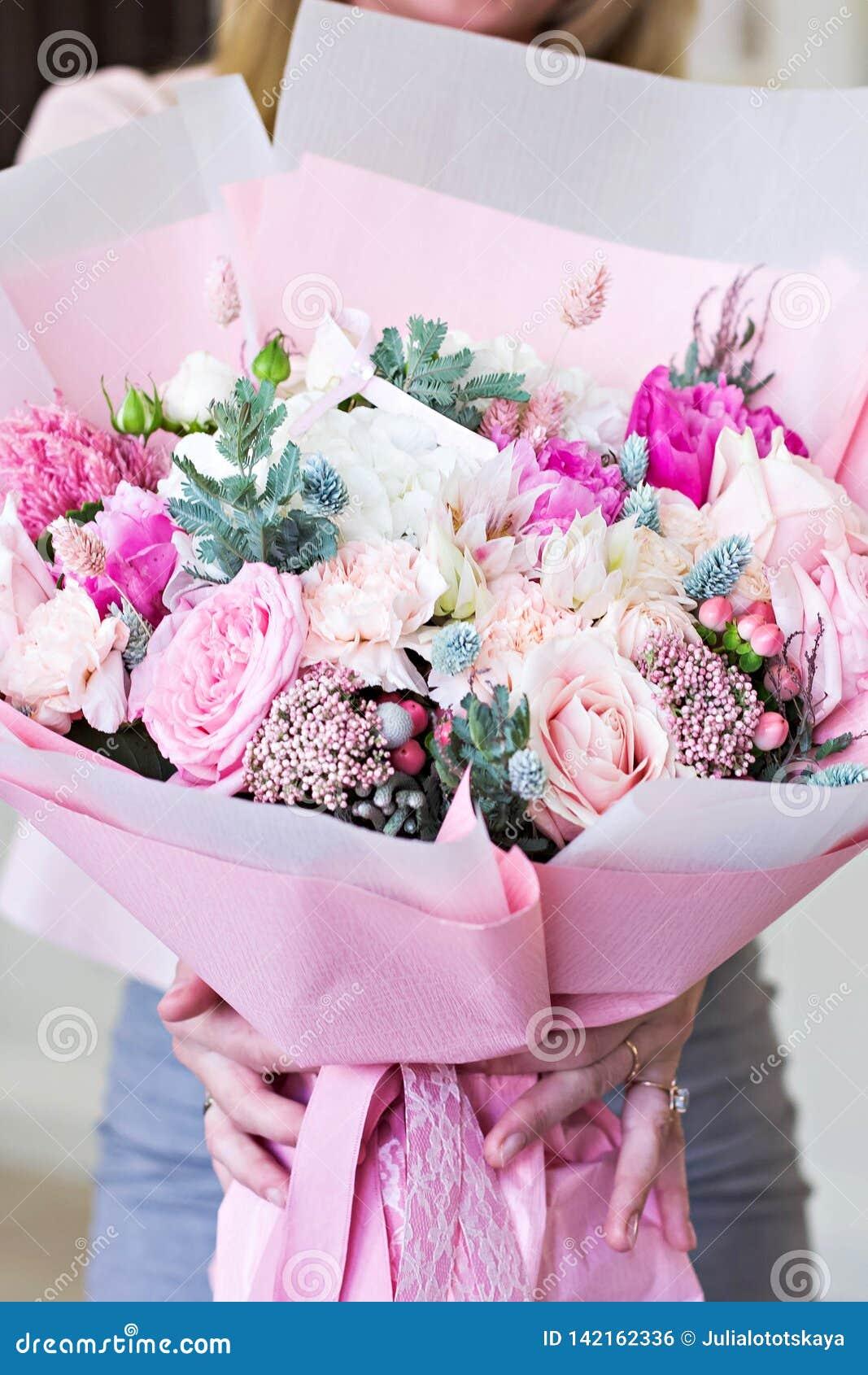 Όμορφη ανθοδέσμη στο ρόδινο τυλίγοντας έγγραφο Τριαντάφυλλα και άλλα λεπτά όμορφα λουλούδια