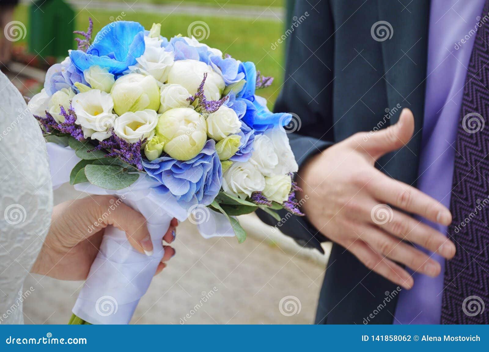 Όμορφη γαμήλια ανθοδέσμη στα χέρια της νύφης