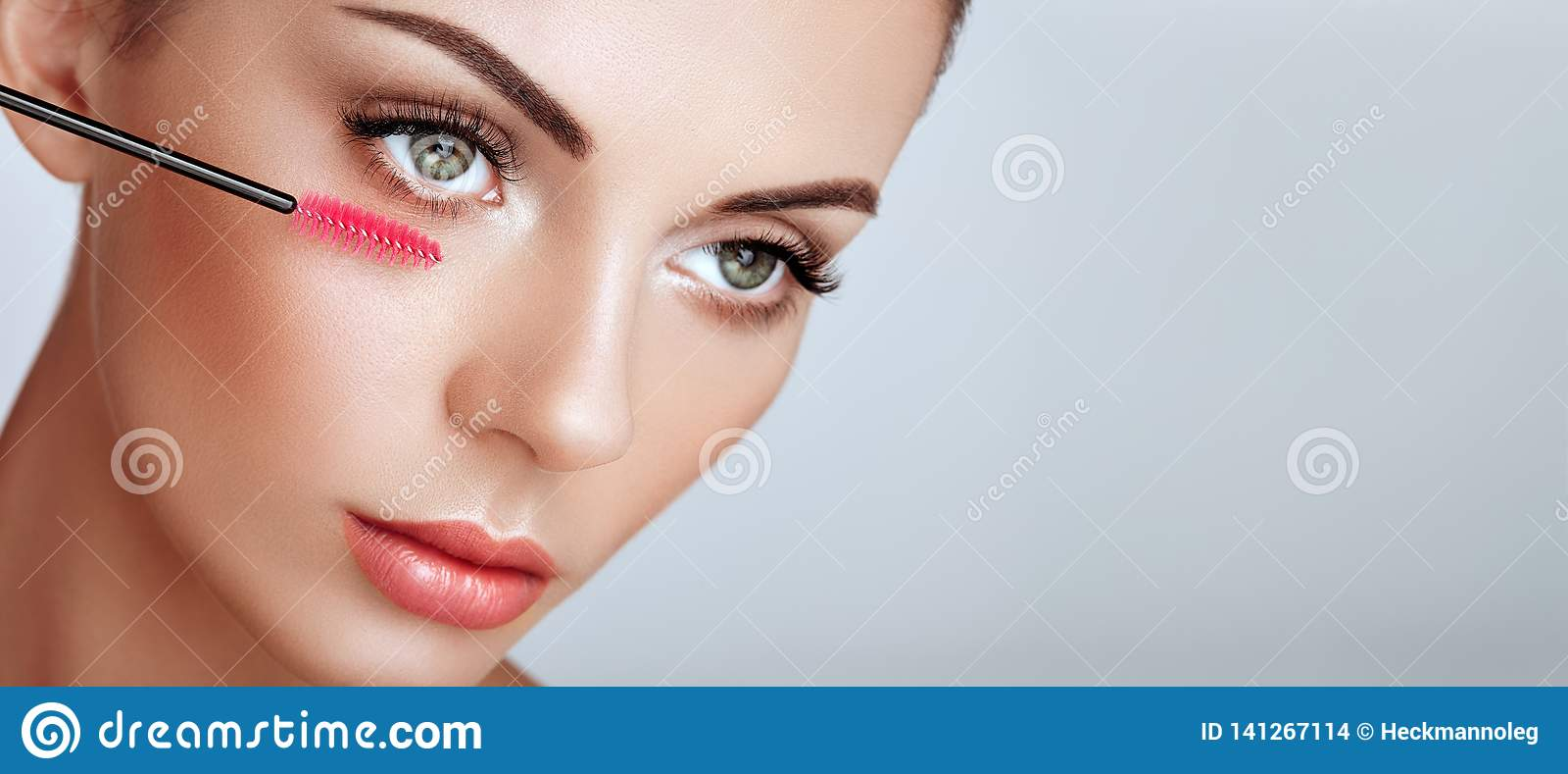 Όμορφη γυναίκα με τα μακροχρόνια ψεύτικα eyelashes