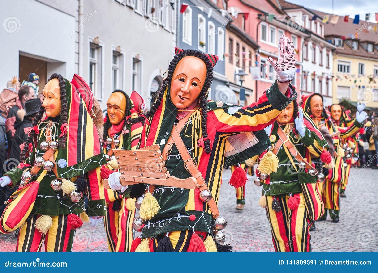 Όμορφος και εύθυμος carnaval αριθμός με τα κουδούνια Οδός καρναβάλι στη νότια Γερμανία - μαύρο δάσος