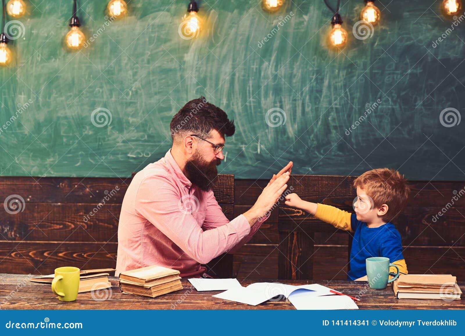 Όμορφος δάσκαλος και χαριτωμένο παιχνίδι παιδιών στην τάξη Μαθητής που επιτυγχάνει το στόχο Λίγος χαιρετισμός πρωτοπόρων