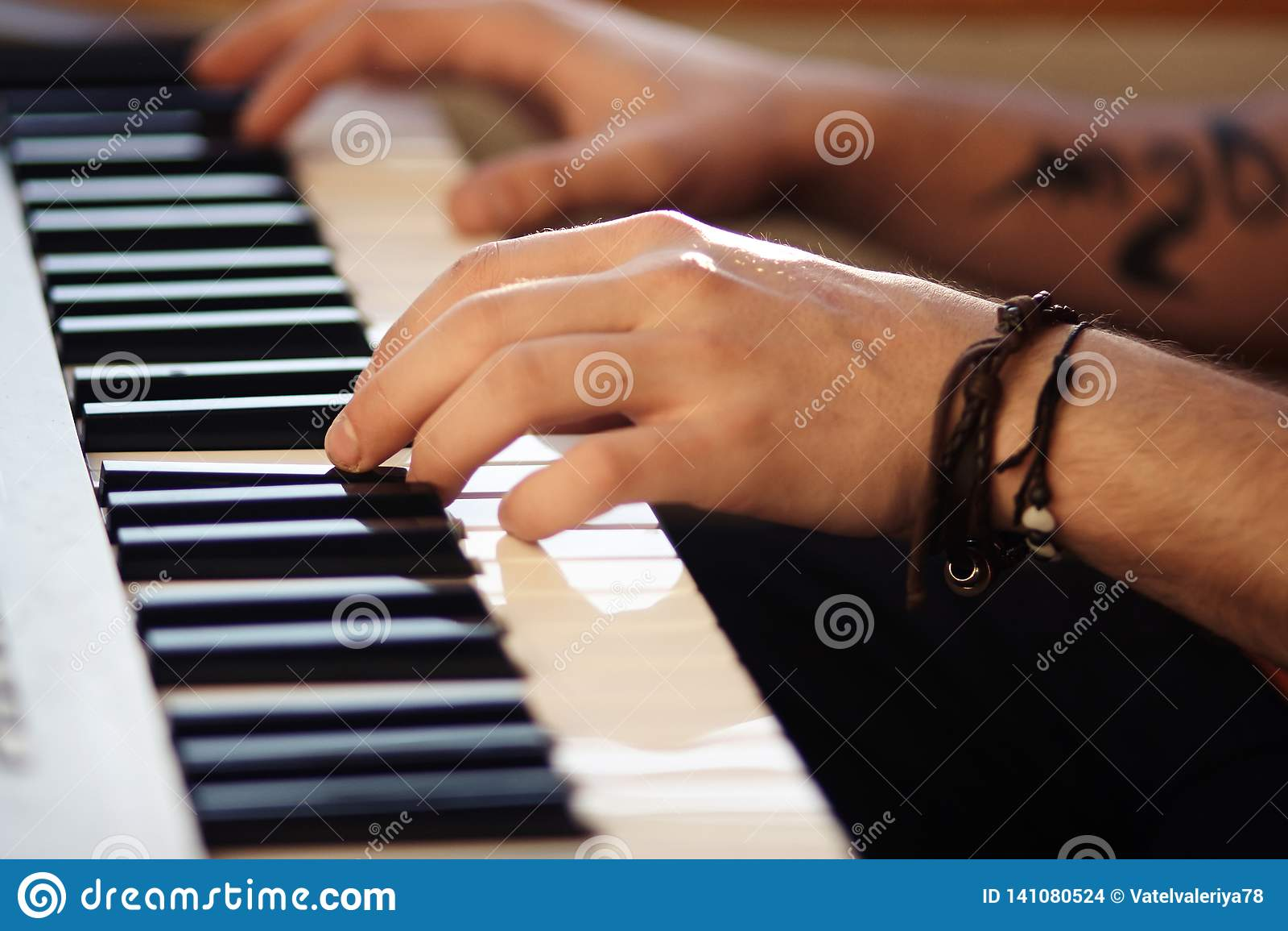 Όμορφο αρσενικό παιχνίδι χεριών στο σύγχρονο συνθέτη
