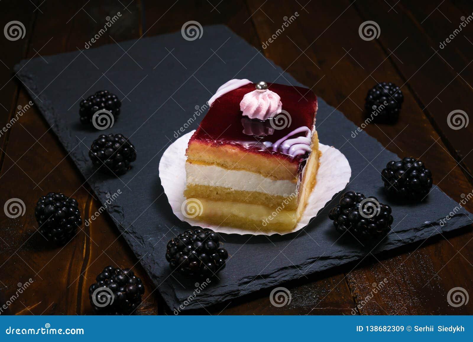 Όμορφο κέικ βατόμουρων