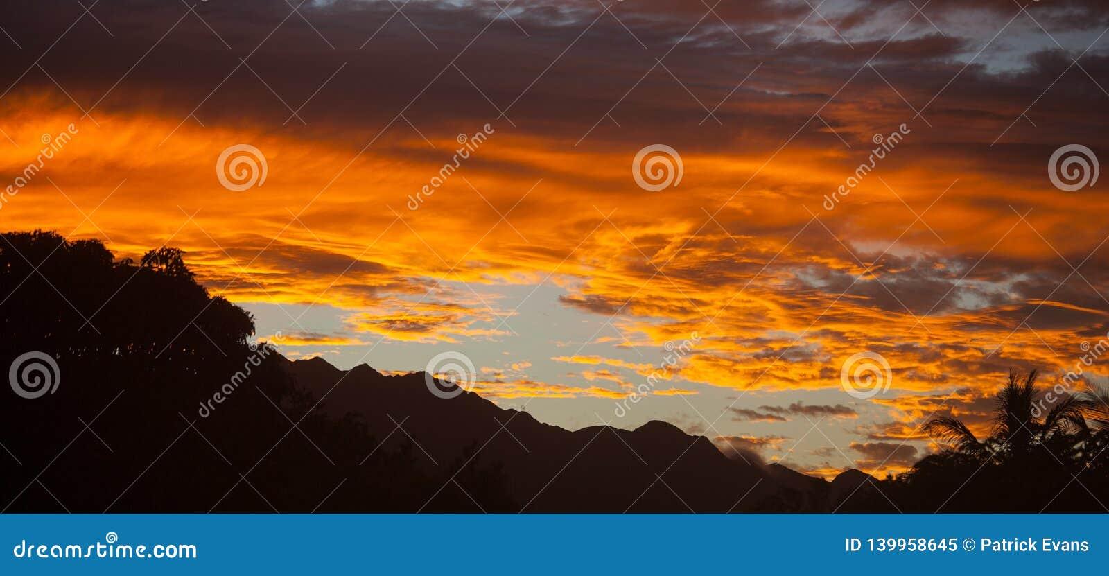 Όμορφο της Χαβάης τροπικό ηλιοβασίλεμα Oahu παραδείσου