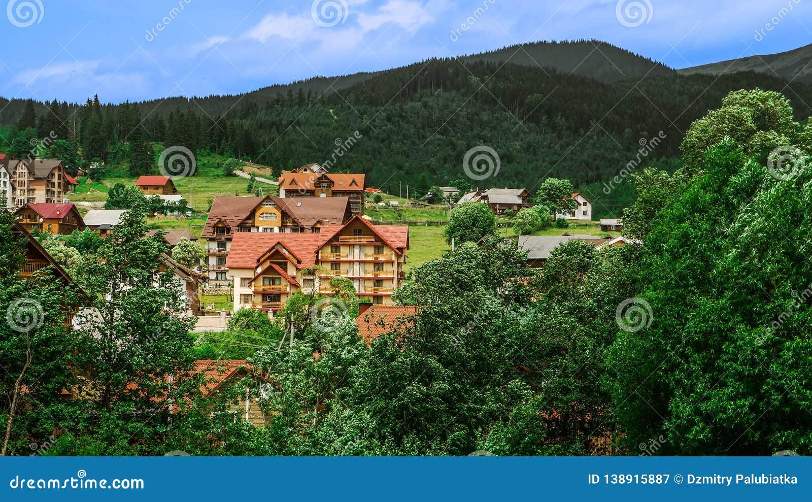 Όμορφο τοπίο, φθινόπωρο τομέων ρυζιού κοντά στο χωριό στα βουνά, ουκρανικά Καρπάθια βουνά