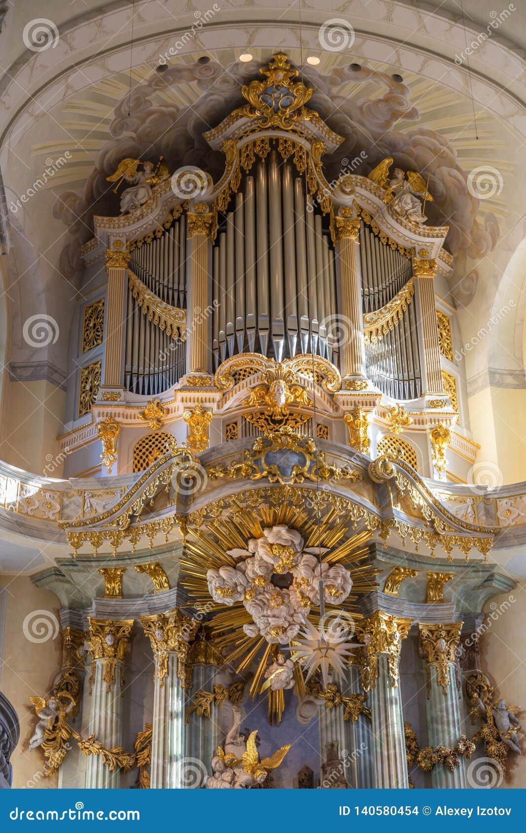 Όμορφο χαρασμένο επιχρυσωμένο όργανο στην εκκλησία Frauenkirche στη Δρέσδη, Γερμανία
