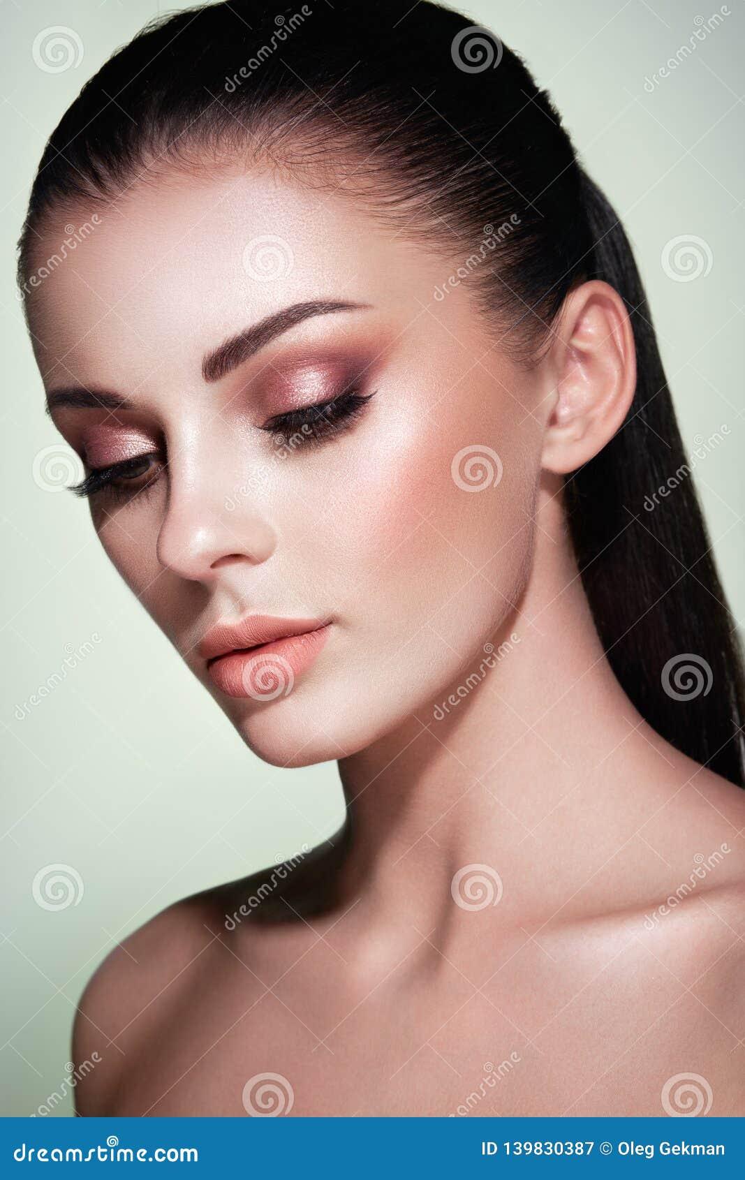 Όμορφο πρόσωπο γυναικών με το τέλειο makeup