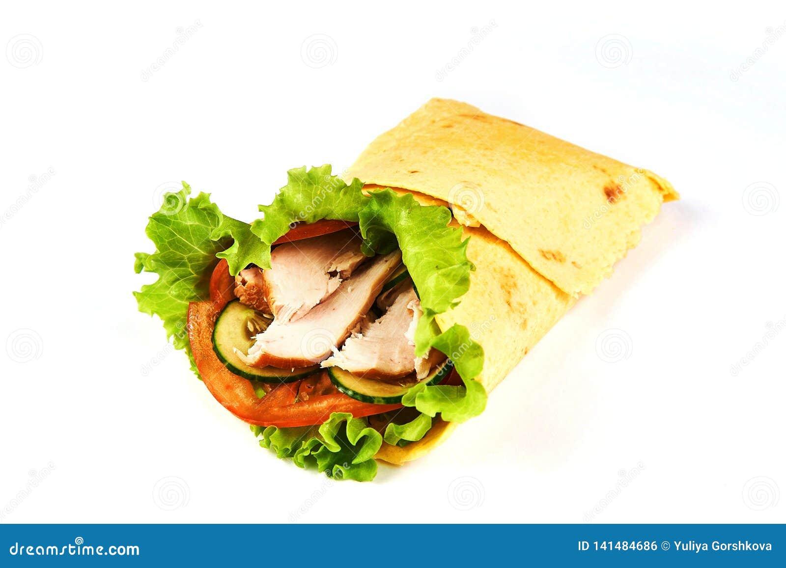 Σάντουιτς περικαλυμμάτων fajita κοτόπουλου στο άσπρο υπόβαθρο