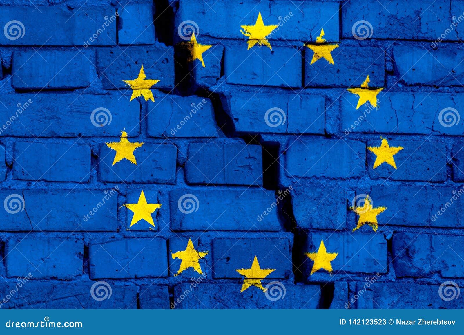 Σημαία της ΕΕ της Ευρωπαϊκής Ένωσης στο τουβλότοιχο με τη μεγάλη ρωγμή στη μέση Έννοια καταστροφής και αυτονομισμού