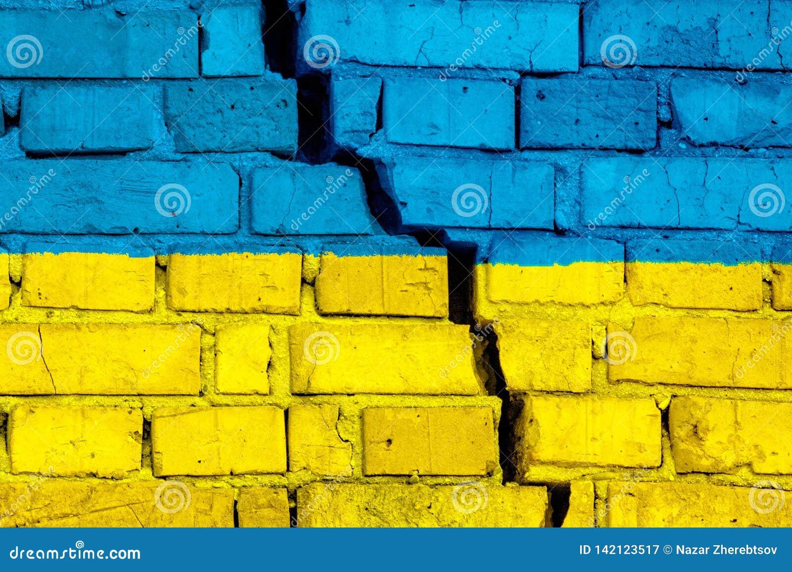 Σημαία της Ουκρανίας στο τουβλότοιχο με τη μεγάλη ρωγμή στη μέση Έννοια καταστροφής και αυτονομισμού