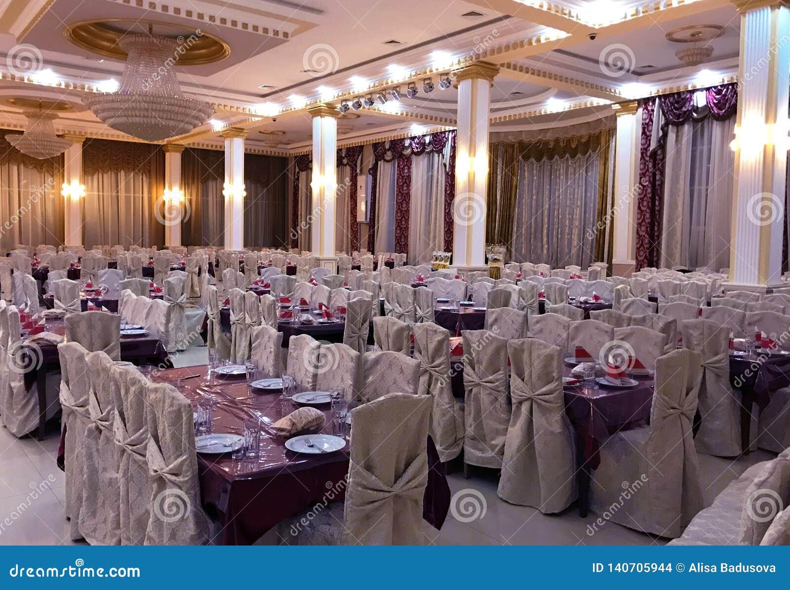 Σκηνή για τον εορτασμό του γάμου Όμορφο άσπρο εσωτερικό με τις άσπρες υφασματεμπορίες