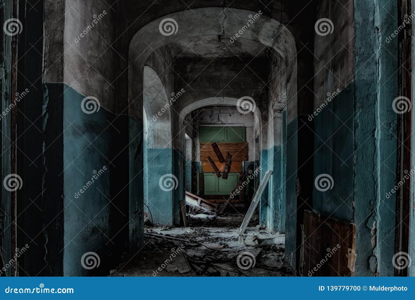 Σκοτεινός και ανατριχιαστικός διάδρομος του παλαιού εγκαταλειμμένου νοσοκομείου