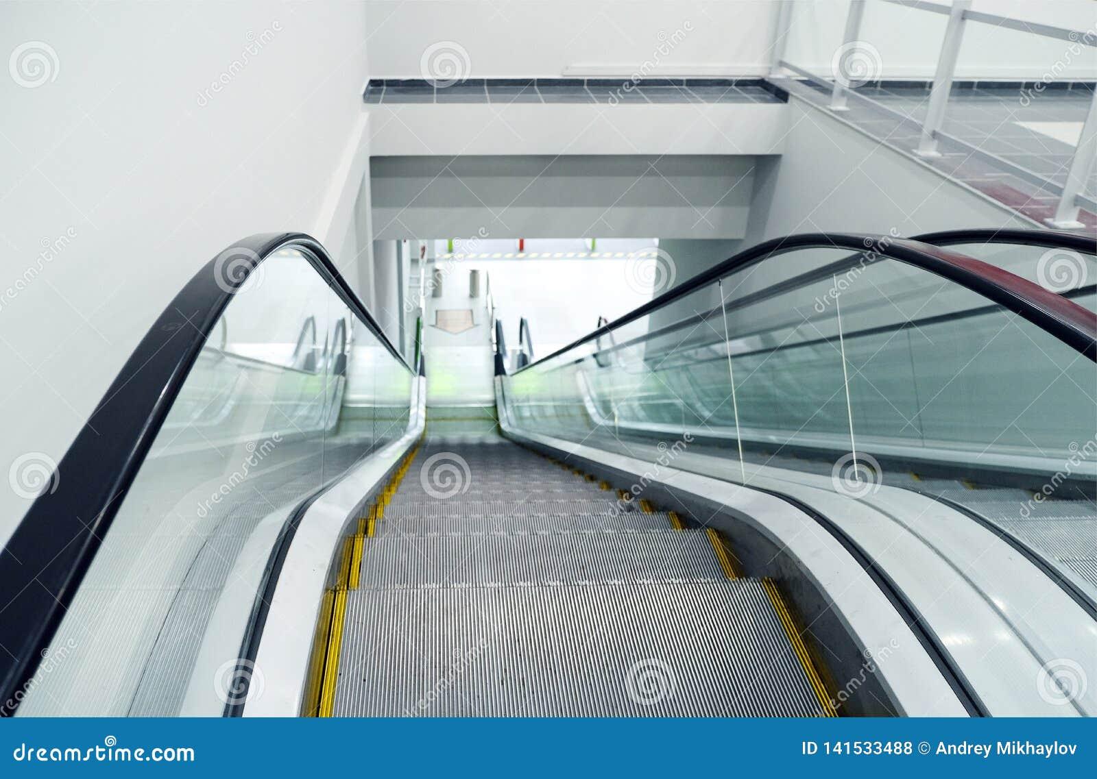 Σύγχρονες κυλιόμενες σκάλες πολυτέλειας με τη σκάλα στον αερολιμένα