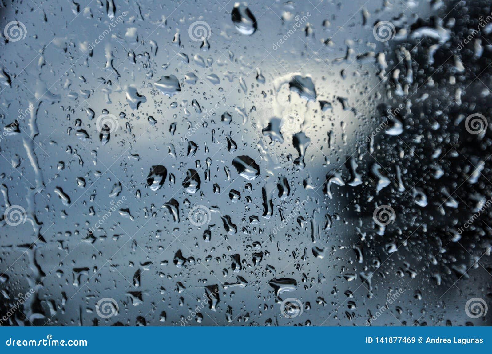 Σταγόνες βροχής σε ένα παράθυρο