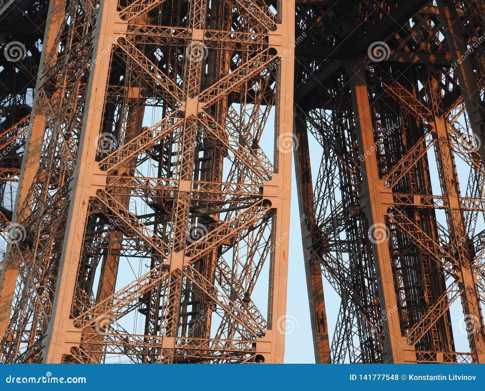 Στενή άποψη πύργων του Άιφελ της δομής στο Παρίσι, Γαλλία