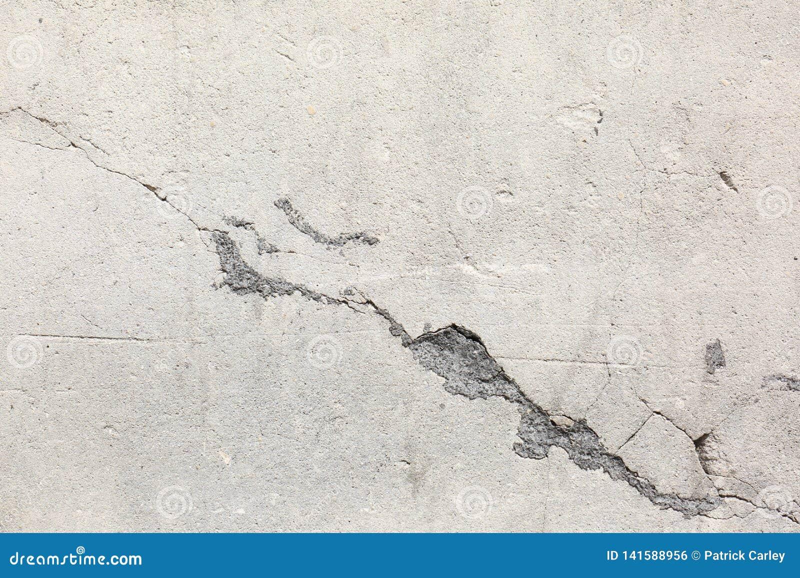 Στενοχωρημένος παλαιός τοίχος τσιμέντου με τη σύσταση ζημίας ρωγμών
