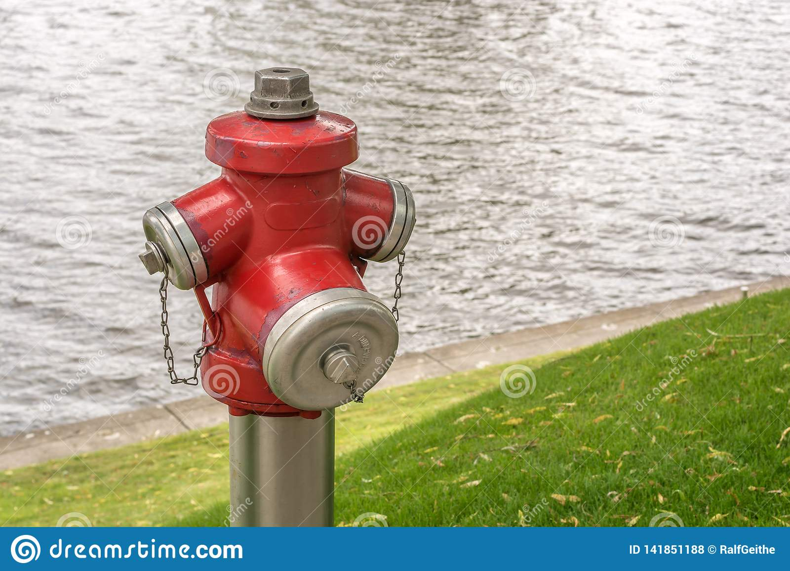 Στόμιο υδροληψίας πυρκαγιάς με τον πυροσβεστήρα στο υπόβαθρο