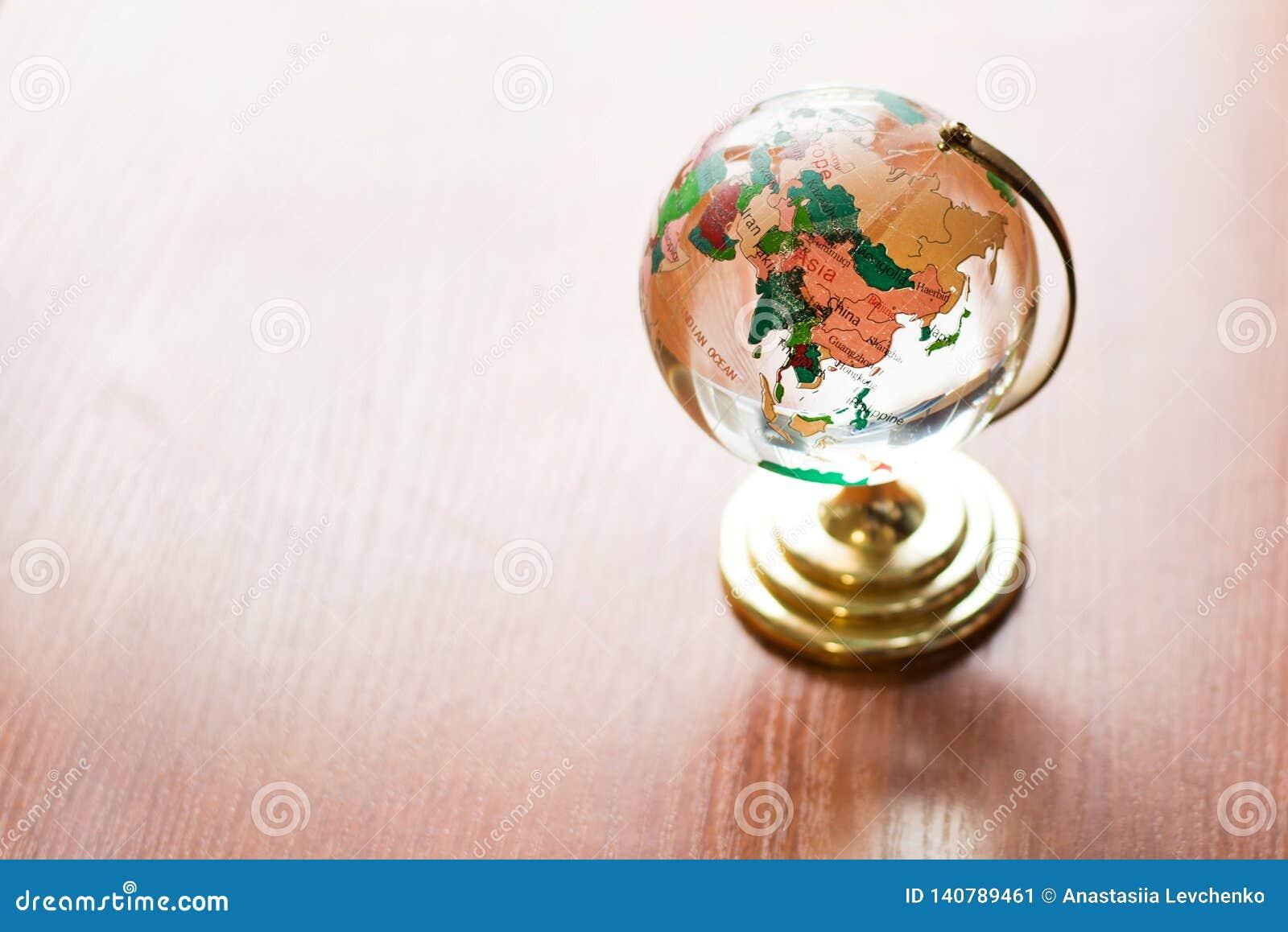 Σφαίρα στον ξύλινο πίνακα η γη σώζει πρότυπο στο ξύλινο γραφείο κενό διαστημικό υπόβαθρο τοίχων