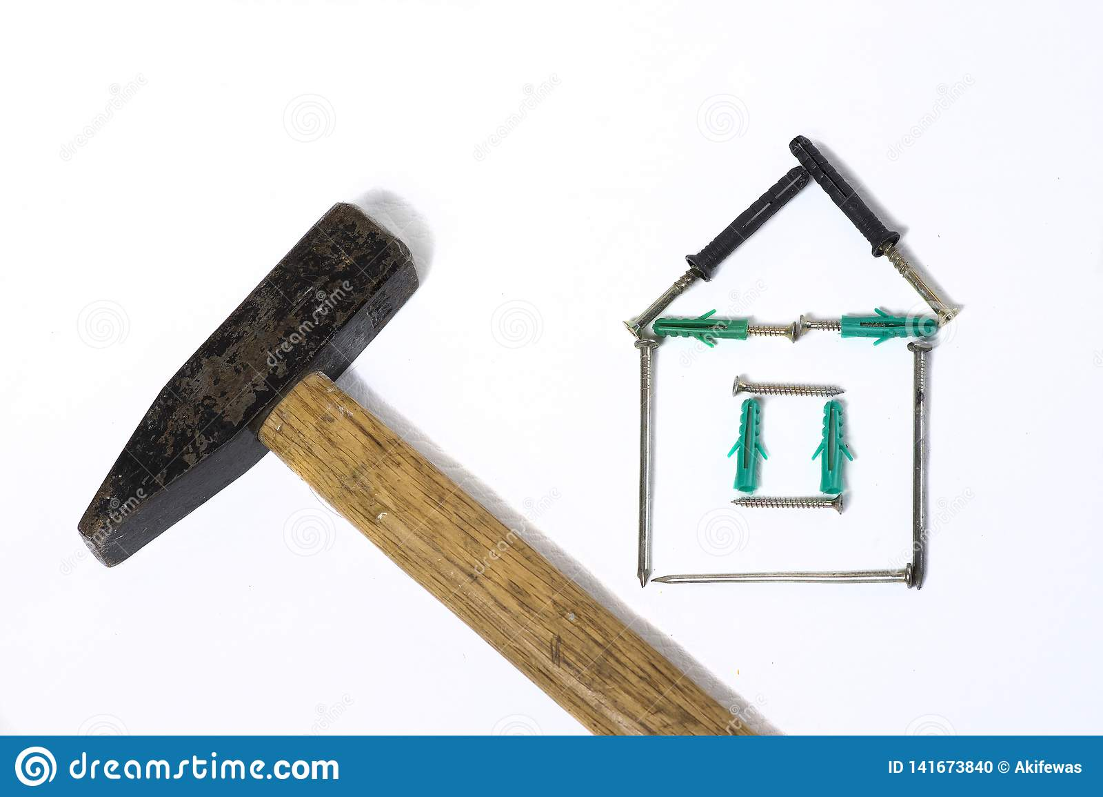 Σφυρί σιδήρου με το ξύλινο σπίτι καρφιών λαβών στο άσπρο υπόβαθρο